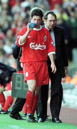 Houllier talking with Fowler after Everton match '99