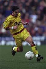 Leonhardsen dribbling the ball